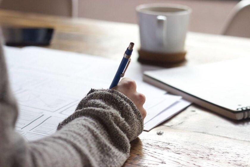 estudiante escribiendo curriculum