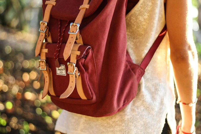 estudiante mochila roja